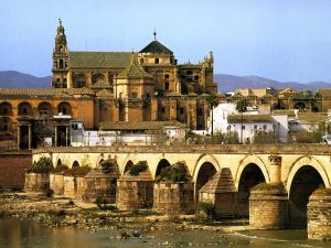 Córdoba, Stadt der drei Kulturen: die Brücke, die über den Guadalquivir führt, aus der Zeit Roms; die arabische Mezquita und die christliche Kirche Karls V. © S. Panzram
