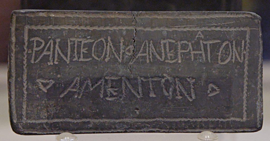 Defixio con símbolos mágicos (reverso) y una inscripción griego-latina sin descifrar, siglos III–IV d. C.