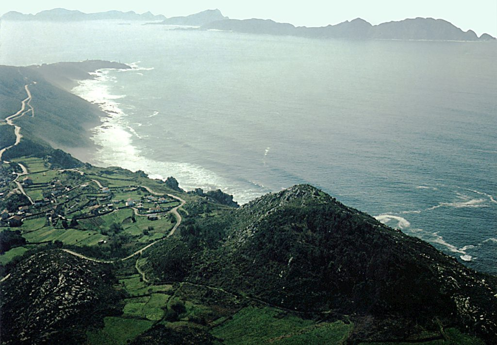Monte do Facho, Blick nach Südwest auf die der Ría de Vigo vorlagerten Cíes-Inseln. © DAI